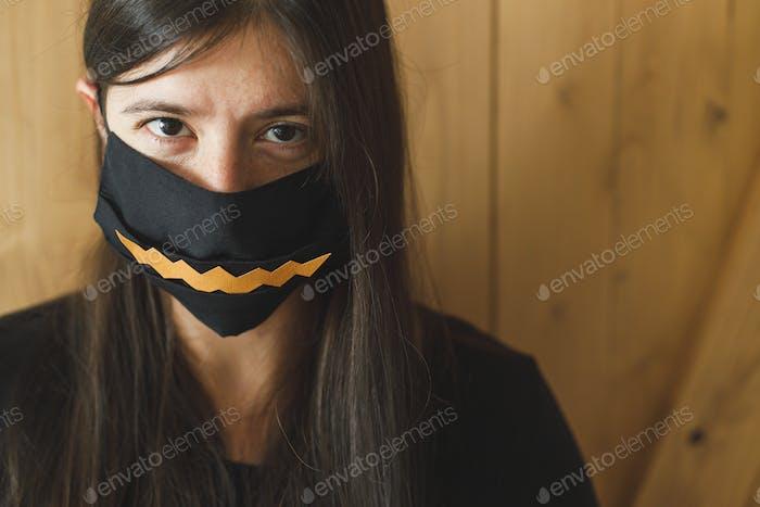 Halloween 2020 Feier mit Sicherheitsmaßnahmen und soziale Distanz durch Coronavirus-Pandemie