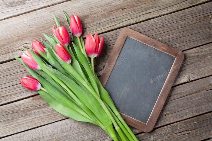 Rote Tulpen Blumenstrauß und Kreidetafel