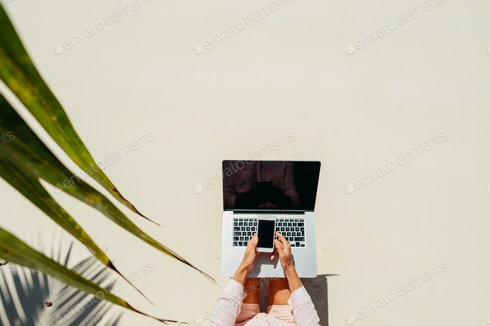 Frau Freelancer arbeiten in Tropen