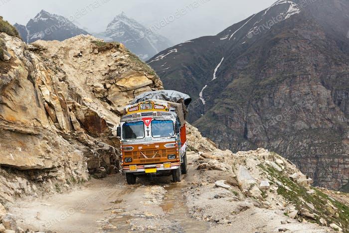 Manali-Leh Straße im indischen Himalaya mit LKW