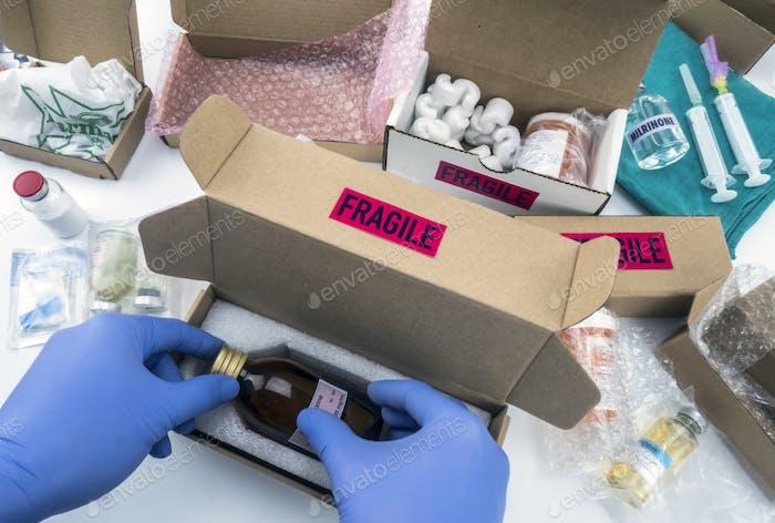 Krankenschwester Auspacken Medikamente in Kisten, konzeptionelles Bild, horizontale Zusammensetzung