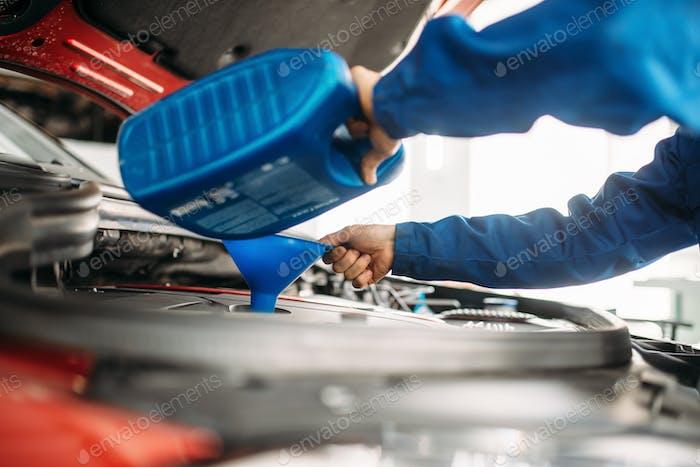 Techniker Ölwechsel im Auto Motor