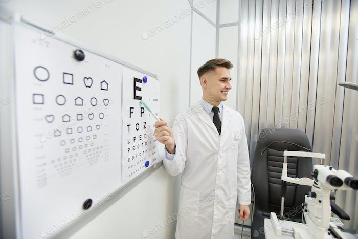 Augenarzt zeigt auf Augendiagramm