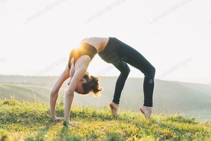 Junge Frau Mädchen Praxis Yoga auf schöne Landschaft am frühen Morgen