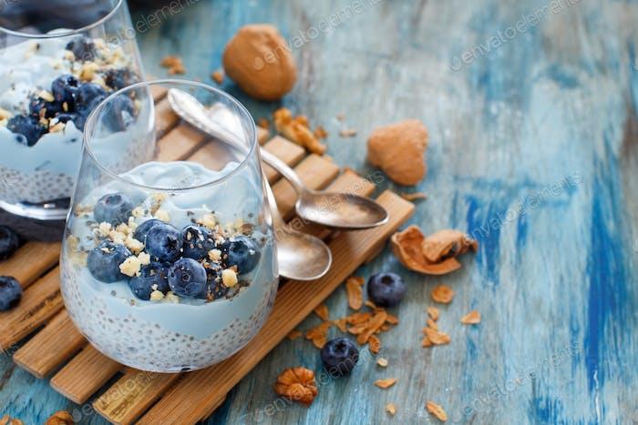 Heidelbeeren und Joghurt Chia Pudding Parfait