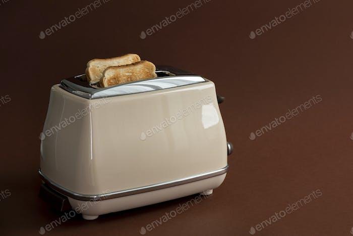 Zwei geröstete Brotstücke auf dem Toaster
