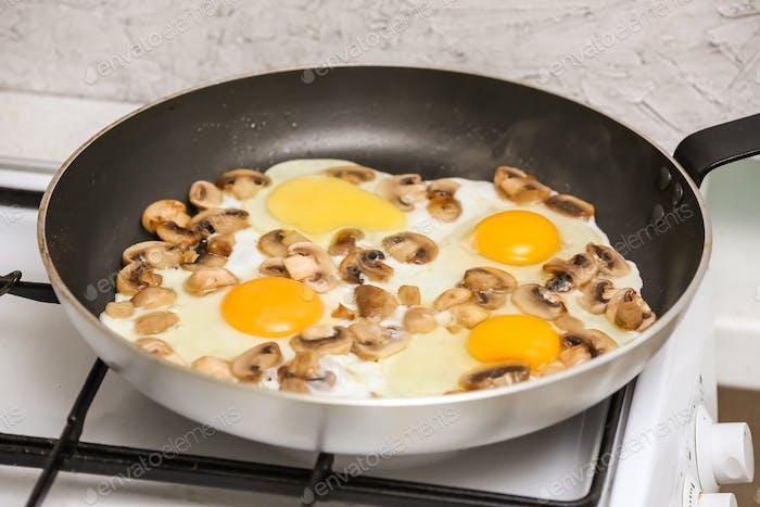 Spiegeleier mit Pilzen zum Frühstück