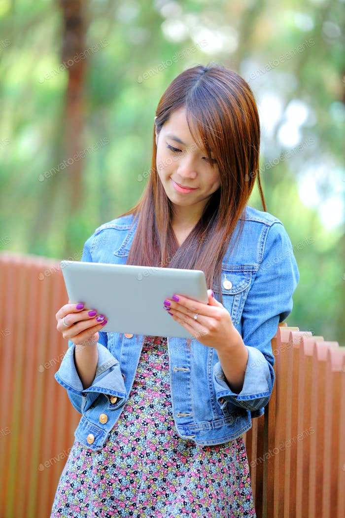 junge asiatische Frau mit Tablet-PC