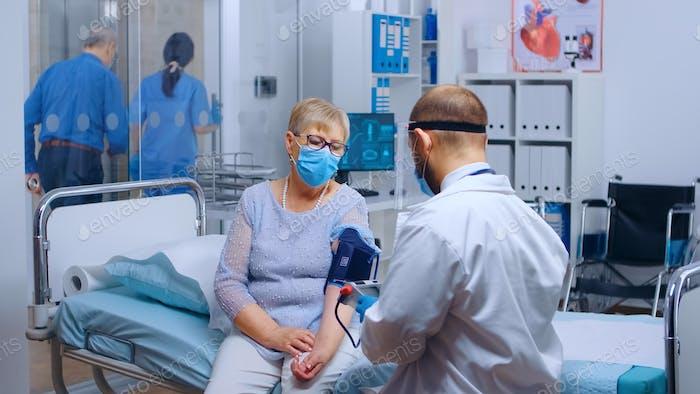 Arzt überprüfen Bluthochdruck Patienten