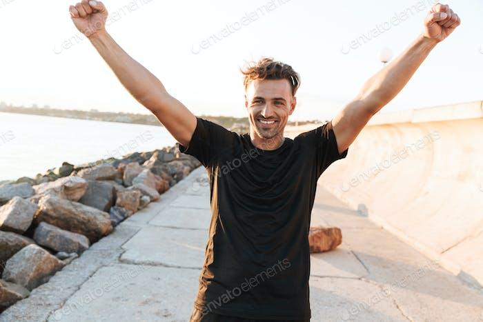 Porträt eines glücklichen Sportlers feiert Erfolg