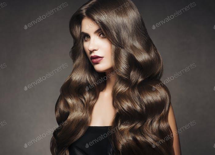 Schöne Haare brünette Frau gesunde Haut Mode Make-up natürliche Frisur
