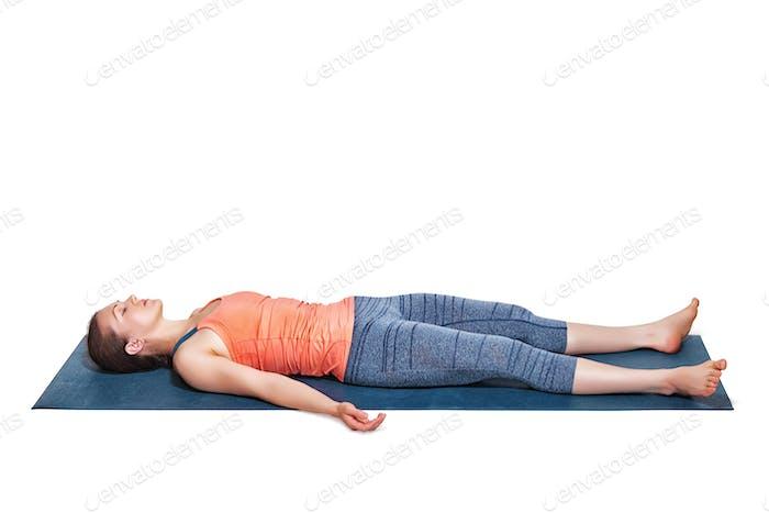 Schöne sportliche Passform Yogi Mädchen entspannt in Yoga Asana Savasana