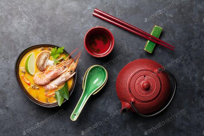 Tom Yum traditionelle thailändische Suppe