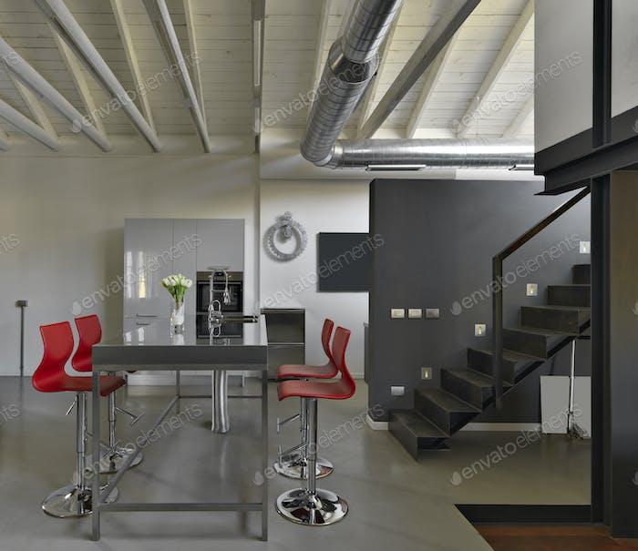 Innenräume des modernen Speisesaal im industriellen Stil