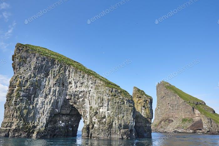 Färöer Inseln Küstenlandschaft in Vagar Insel am sonnigen Tag