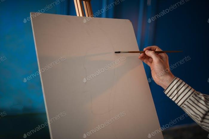 Künstler mit Palette und Pinsel vor Staffelei