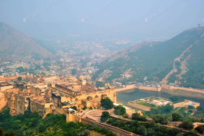 Blick auf Amer Amber Fort und Maota See, Rajasthan, Indien