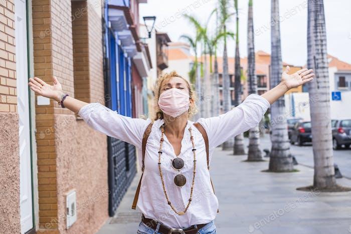 Mujer feliz celebra el final de la emergencia pandémica