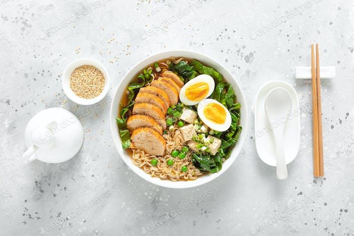 Ramen Nudelsuppe mit Hähnchenbrust, Ei und Spinat