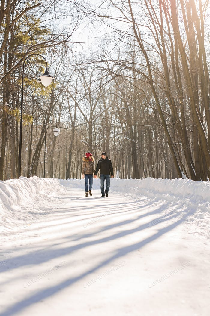 Menschen, Saison, Liebe und Freizeitkonzept - glückliches Paar im Freien im Winter