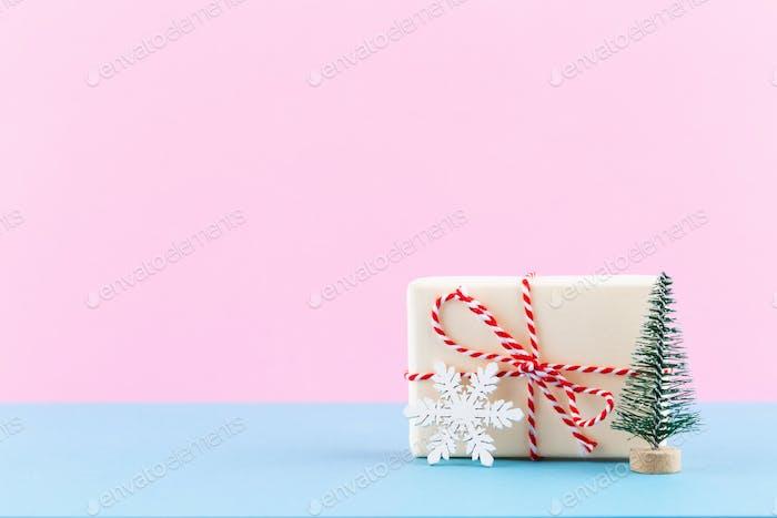 Weihnachtsgeschenk-Boxen auf Pastell-Hintergrund.