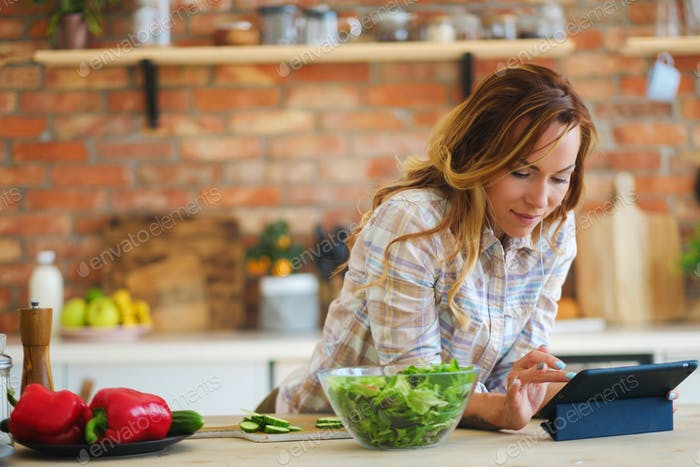 Fröhliche Frau Kochen auf moderne Küche