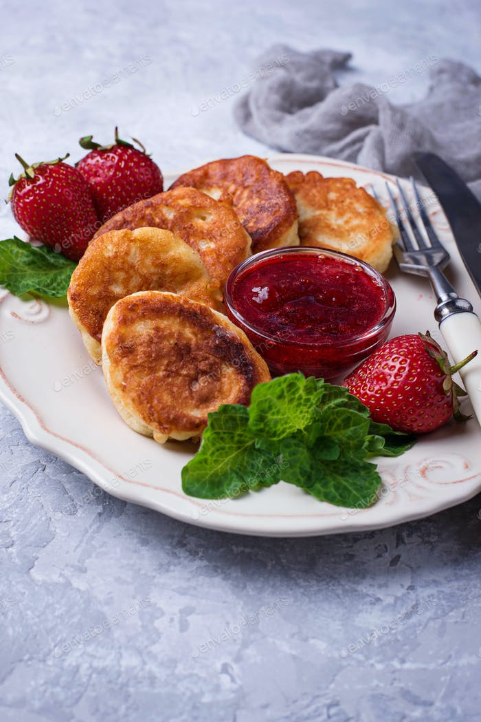 Cheese pancakes with strawberries jam