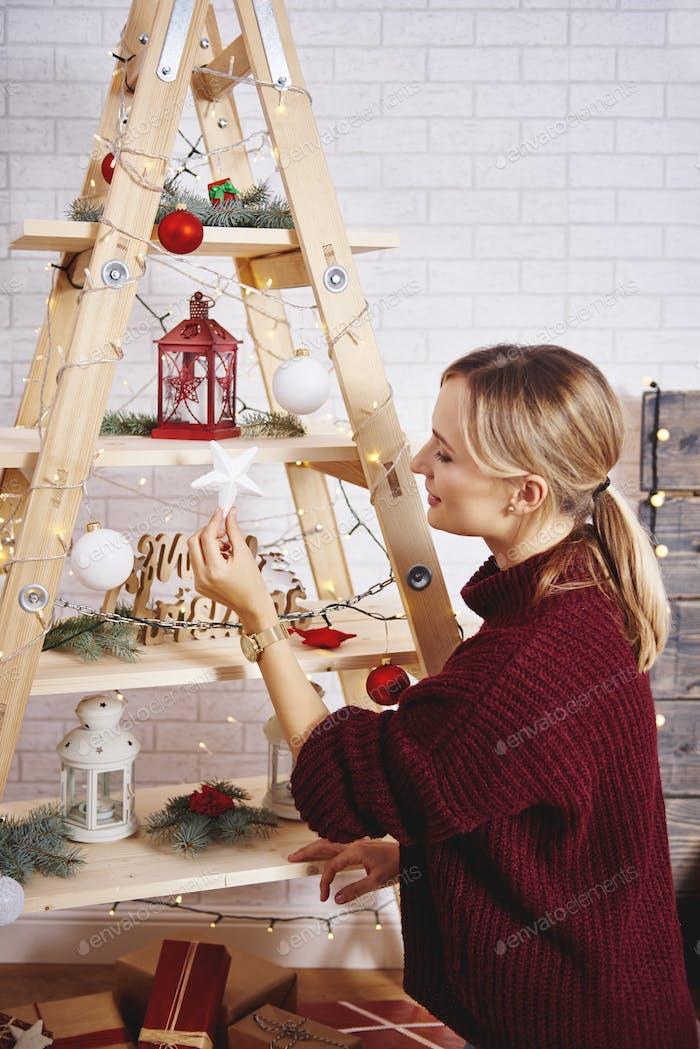 Junge Frau schmücken den Weihnachtsbaum