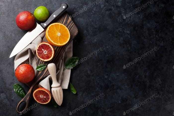 Frische reife Zitrusfrüchte. Zitronen, Limetten und Orangen