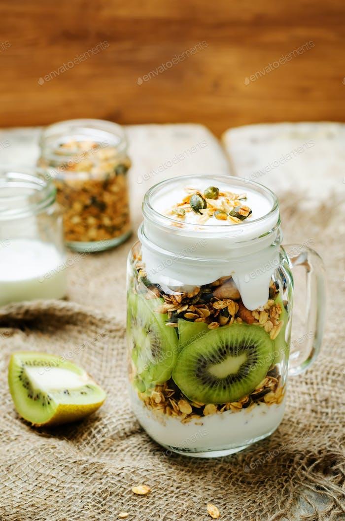 Griechischer Joghurt Müsli Kiwi Frühstück im Glas