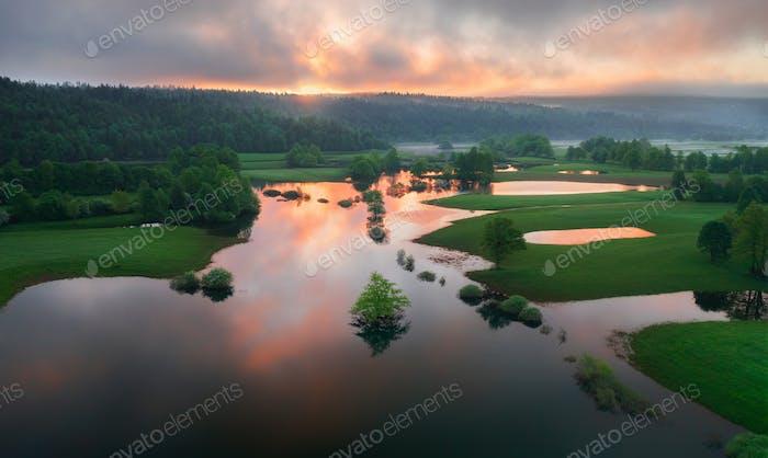 Überflutete Landschaft nach starkem Regen