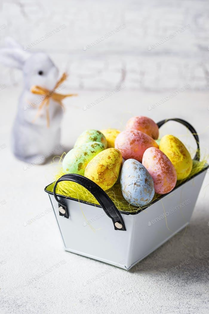 Osterhintergrund mit dekorativen Eiern