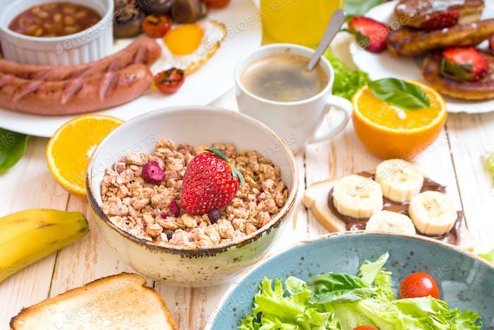 Müsli mit verschiedenen Arten von Frühstück oder Brunch