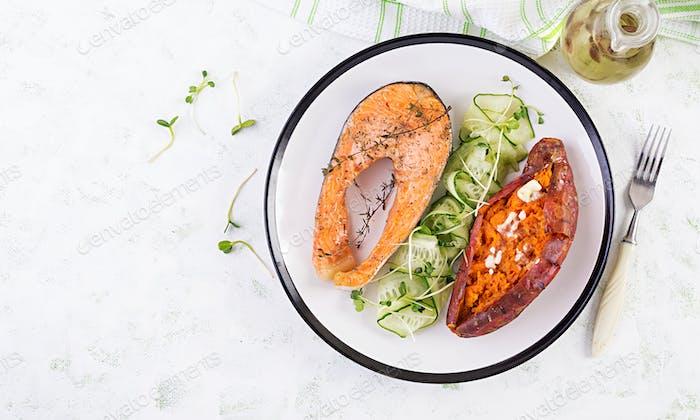 Gesundes Essen: gebackener Lachs und Süßkartoffeln und Gemüse. Draufsicht, Overhead.