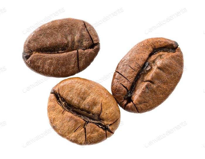 Geröstete Kaffeebohnen isoliert auf weiß