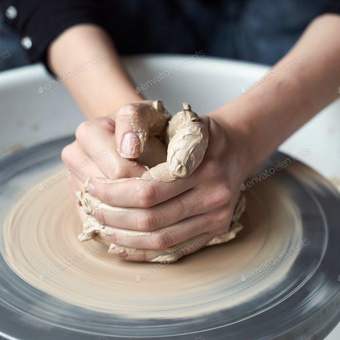 Frau macht Keramik Keramik