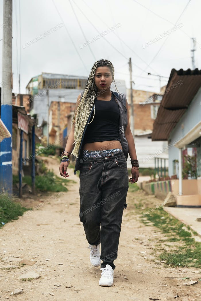 Porträt der schönen schwarzen Frau in ihrer Nachbarschaft.