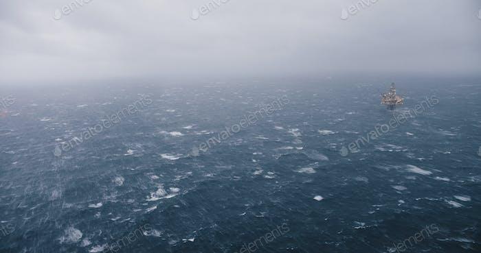 Ein Schiff, das in nebligen, rauen Bedingungen in der Nordsee segelt.