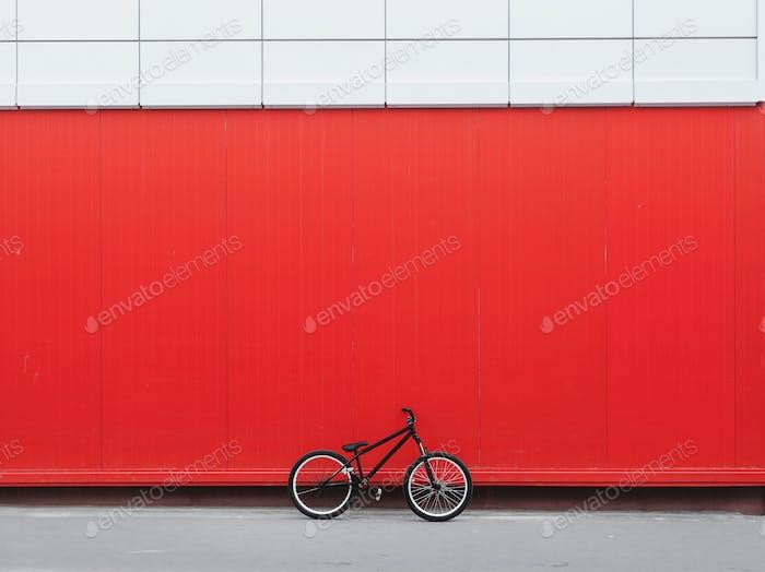 Fahrrad lehnte sich an rote Wand