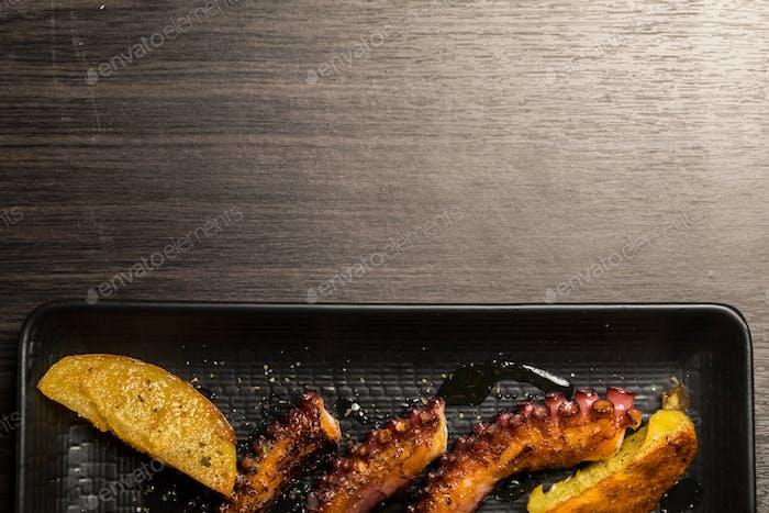 Krake Tentakel gegrillt mit Kartoffeln. Raum kopieren
