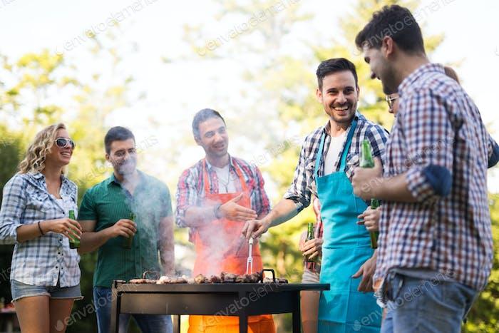 Glückliche Freunde genießen Grillparty