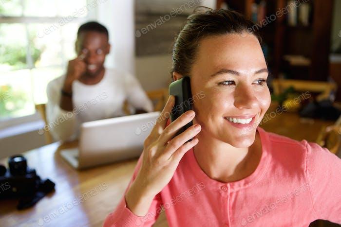 Mujer Uso teléfono Móvil con un Hombre en el Fondo
