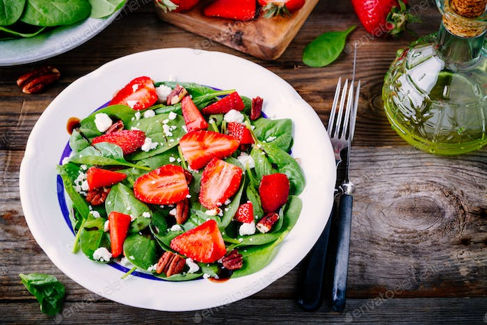 Spinach salad with strawberries, goat cheese, balsamic and walnuts