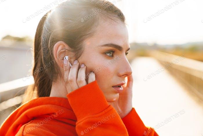 Erstaunlich Sport Fitness Frau Musik hören