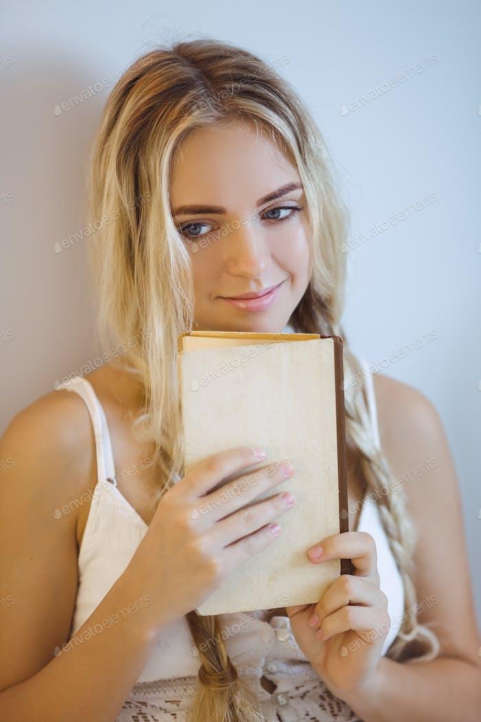 Frau mit einem Buch Ruhe zu Hause