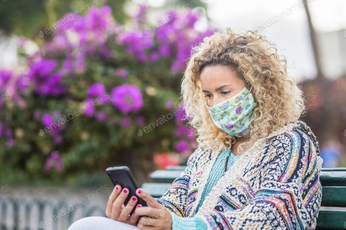 Erwachsene Menschen mit medizinischer Gesichtsmaske für Coronavirus-Covid-19-Notfall-Outdoor-Schutz