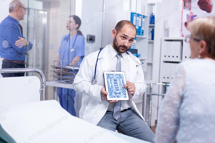 Arzt zeigt Radiologie-Scan
