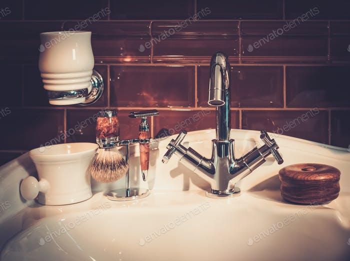 Аксессуары джентльмена в роскошном интерьере ванной комнаты.