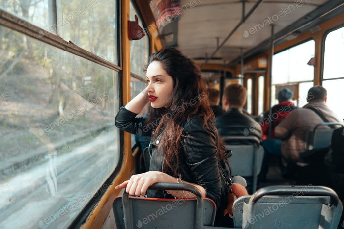 Mujer que viaja dentro del tranvía