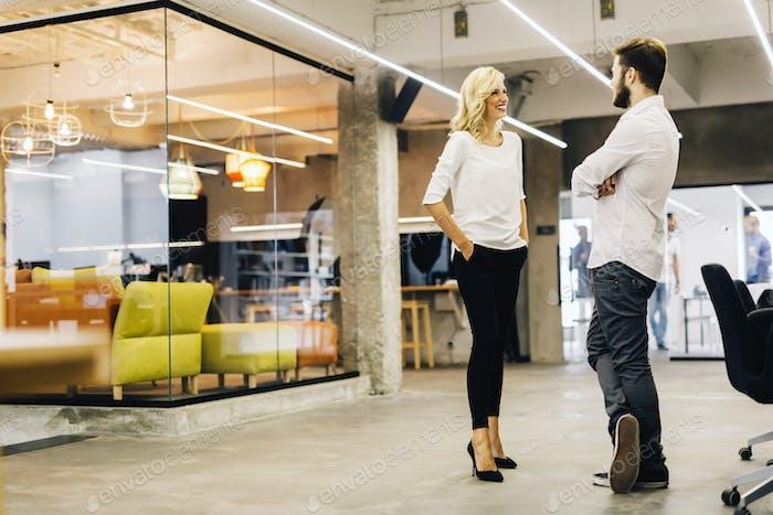 Zwei intelligente Mitarbeiter sprechen